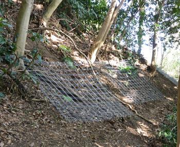 設置予定地に金属柵を並べる
