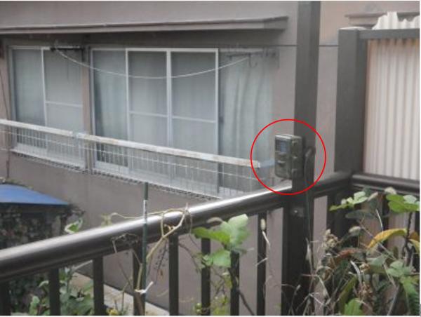 ベランダの手すり上に設置したトレイルカメラ